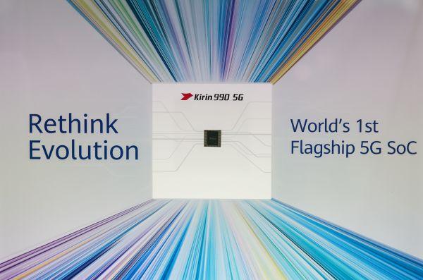 这是9月6日在德国首都柏林举办的第59届柏林国际消费电子展上拍摄的华为公司展区的华为麒麟990 5G SoC芯片。 (新华社)